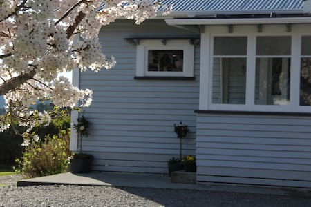 Farmhouse B&B with country views - Fox Glacier - Bed & Breakfast