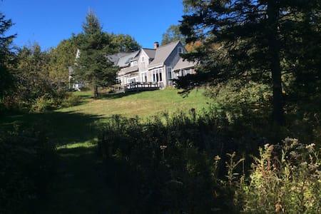 Sunny house & private beach access on Oak point - Ház