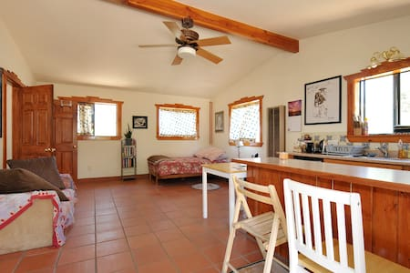 Lovely guest house retreat in nature, near I-25 - Maison