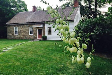 Storybook Cottage in Hudson Valley - Ev