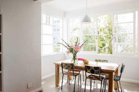 Charming Comfy Sea Point Locale - Apartment