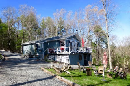 Peaceful cottage with large hot tub - Barryville