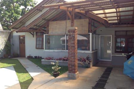 Rumah Ceu Yati - Hus