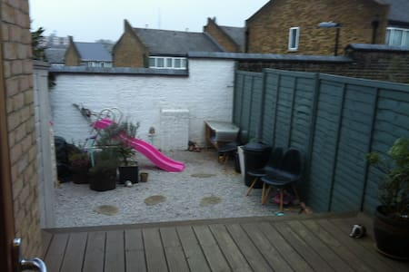 Single room in 3 bedroom House backyard - London - House