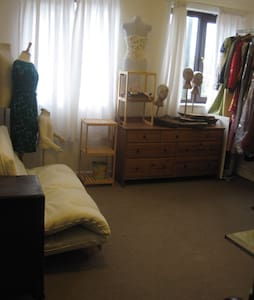 Light airy room near train station - Casa