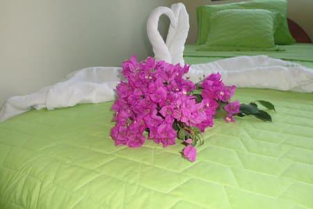 """CASA CASCADA- GALAPAGOS  """"Habitación Matrimonial"""" - Vendégház"""