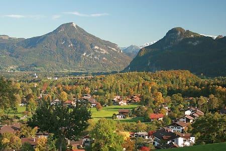 Kleines Appartement mit Bergblick - Brannenburg - Pis