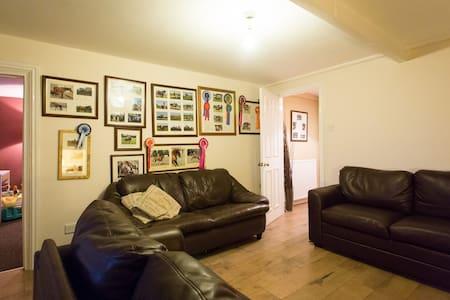4bedroom farmhouse 10 min to York - Casa
