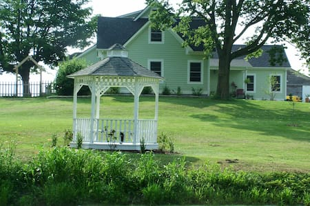 Charming updated historic farmhouse - Brownsburg - Talo