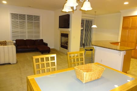 Quiet Townhouse with clean room and private bath. - Townhouse