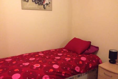 single bedroom in shared house - Bed & Breakfast