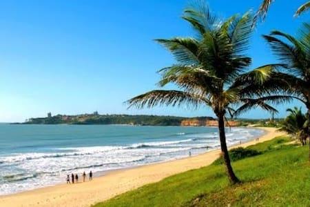 Espaçosa, 3 Suítes e com uma linda praia à 200m - Casa