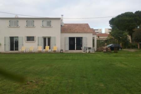 Chambre privée dans villa jardin 10 mn plage - Villa