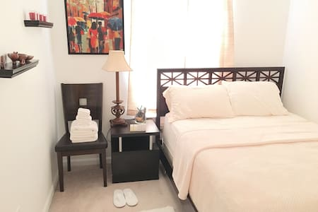 Modern Condo w/ private Bed & shared Bath + parkin - Condomínio