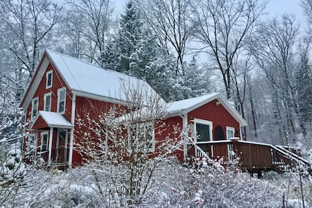 Beautiful comfy farm house with large open areas - High Falls - House