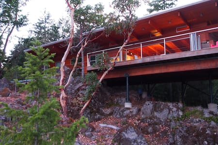 East Sooke Hillside Retreat - Ház