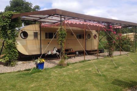 cosy vintage american caravan - churchinford - Camper/RV