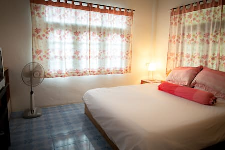 cosy air-con room with cable tv, opposite beach - Casa