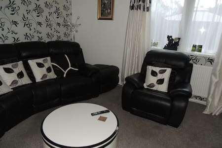 Nice clean  room in 3 bedroom house - Bamber Bridge
