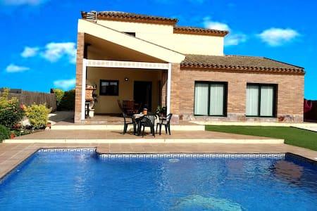 Casa con piscina cerca playa - House