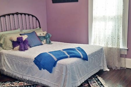 Comfy room with private bath in Jasper/Lakes Area - Bed & Breakfast