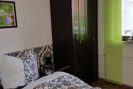 Schöne EG-Wohnung, eigener Zugang, zentrale Lage - Walldorf - Lejlighed