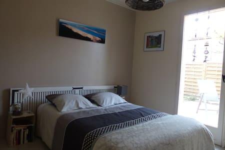 Jolie chambre donnant sur terrasse+sde privative - Saint-Médard-en-Jalles - Haus
