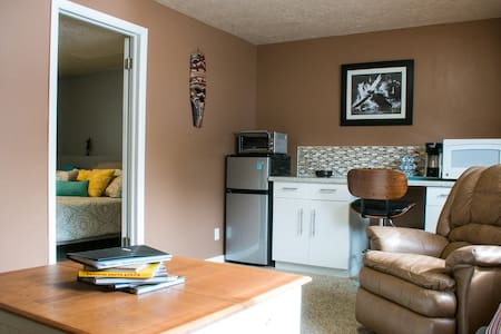 Spacious 1 bedroom basement apartment in Sandy - Sandy - Apartamento