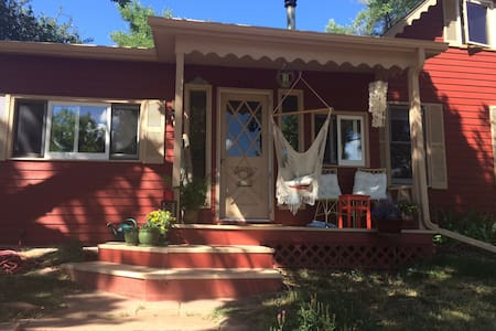Quiet home on Old Main Street in Lyons - Rumah