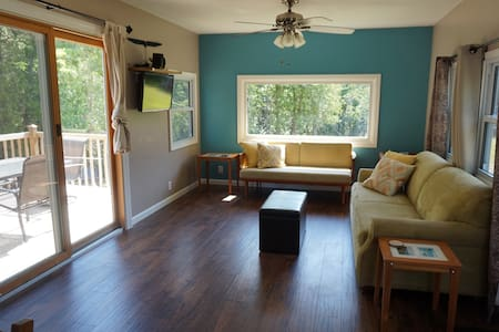 2 Bedroom, On the bike trail, 4 miles to downtown - Traverse City - Casa