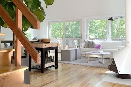 Bright & Cheerful Modern Home in the Woods - East Hampton - House