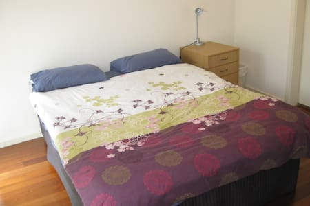Cosy room with private bathroom - Doncaster East