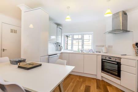 Perfect 2 Bedroom Flat by Richmond Bridge - Twickenham - Apartamento