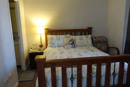 Warm & Comfortable Master Suite near Olympic Park - Homebush West - Apartmen