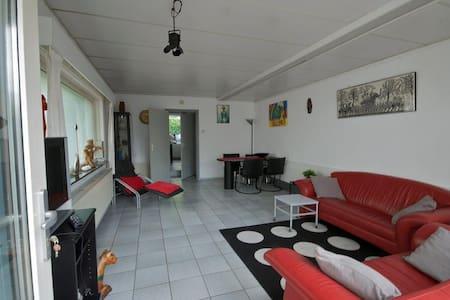 Ruim, vrijstaand appartement vlakbij Maastricht - Lakás