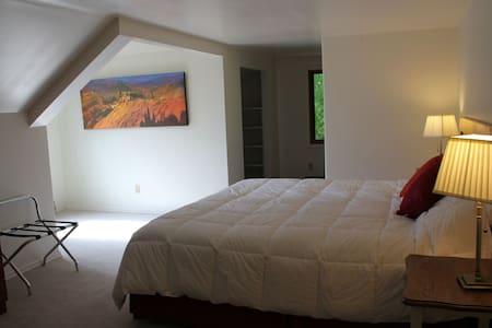 Tara Shanti Bed & Breakfast -Glacier View Red Room - Szoba reggelivel