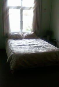 Cool Pleasant room upstairs - Casa