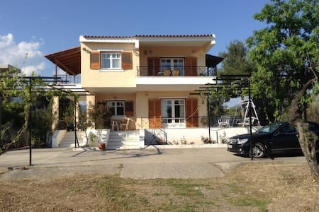 Vlychos villa at seafront - Amarynthos