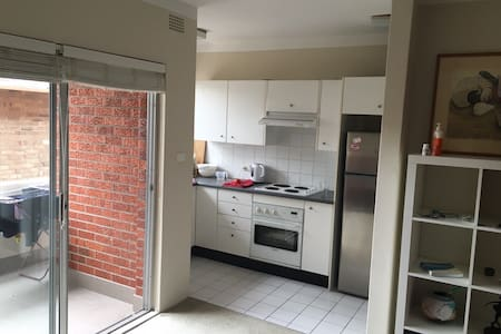 Neat, comfortable apartment close to shops and no more than 15 min walk to  three of the Eastern suburbs best beaches - Clovelly, Coogee and Bronte. Available over the Christmas period.