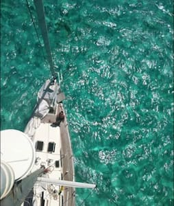 Anchored sailboat Singapore Sling - Marie-Galante - Łódź