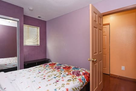 Beautiful & private room, big house & central loc - Hus