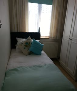 light carming  box room in warm family home - Hornchurch - House