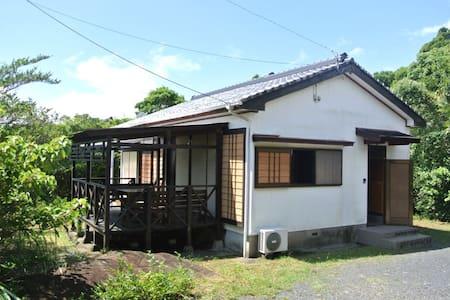 モダンジャパニーズな海が見えるウッドデッキ付きの一軒家 - Yakushima-chō