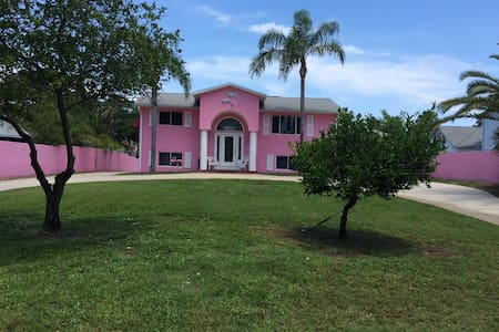 Pink house on the canal - Casa
