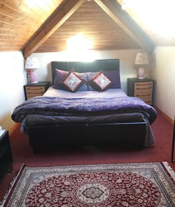 BIG Room Near AIRPORT, Free PARKING - Gatley