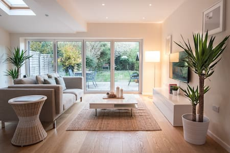 A private room in a modern home - Weybridge - Casa