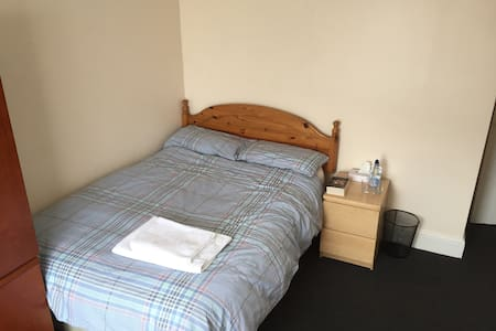 Large room in the ❤️ of Wales - Pontypridd - House