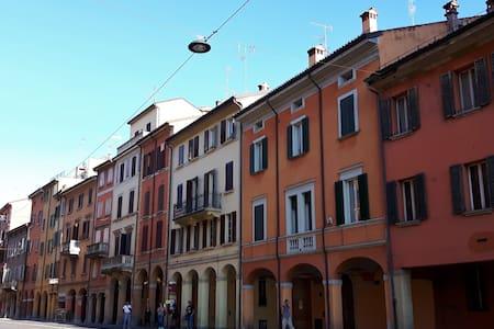 Grande stanza luminosa a 10 minuti dal centro - Bologna - Wohnung