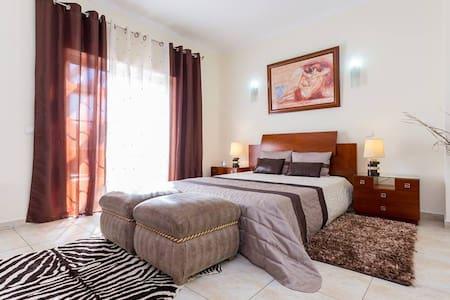 optimo quarto de casal,com casa de banho privativa - Huis