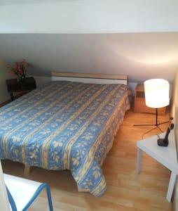 Beau chambre dans maison! - House